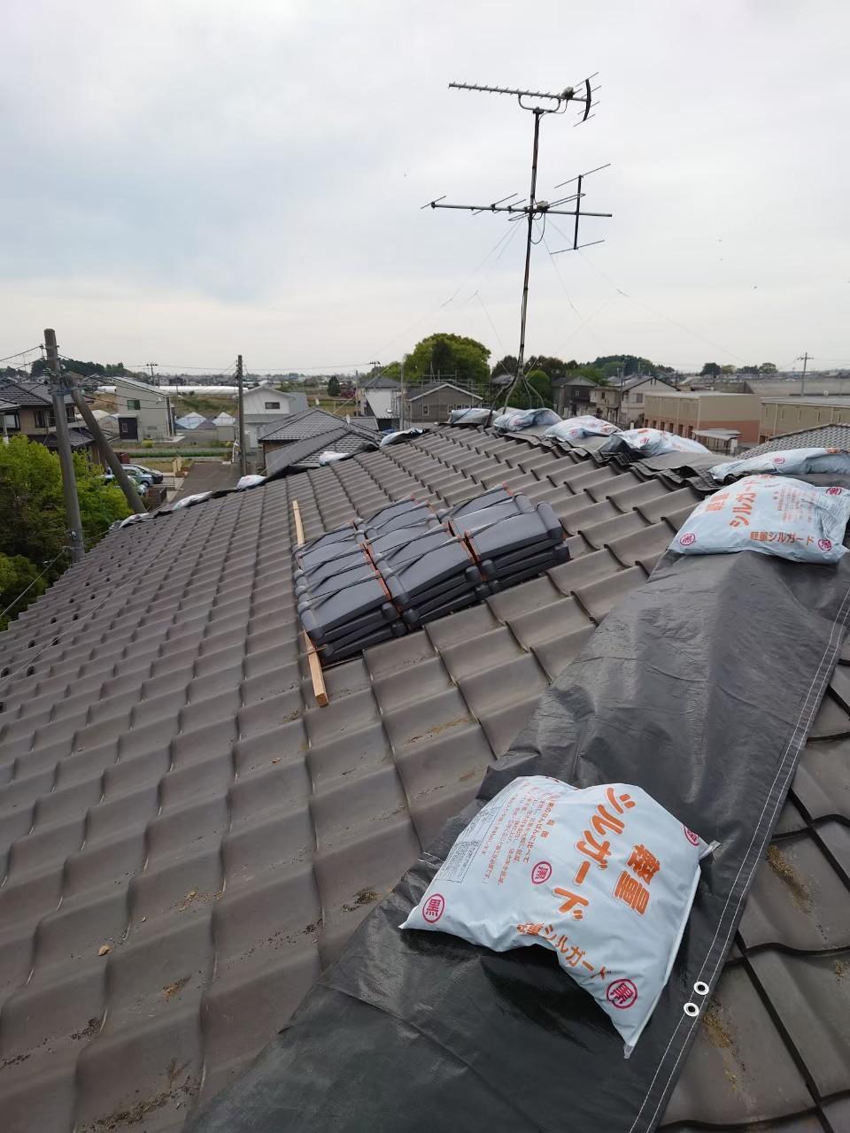 宮城県の地震で崩れた棟を冠瓦で修理しました